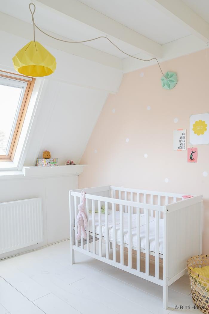 Babykamer stylingtip snowpuppe lampen zachte pasteltinten Binti Home Blog