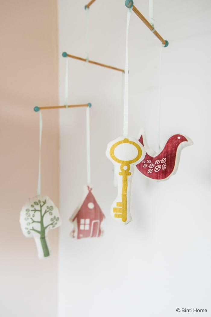 Babykamer mobiel hanger zachte pasteltinten Binti Home Blog ©BintiHome