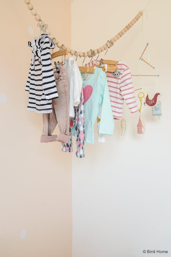 Babykamer stylingtip kleding zachte pasteltinten Binti Home Blog15