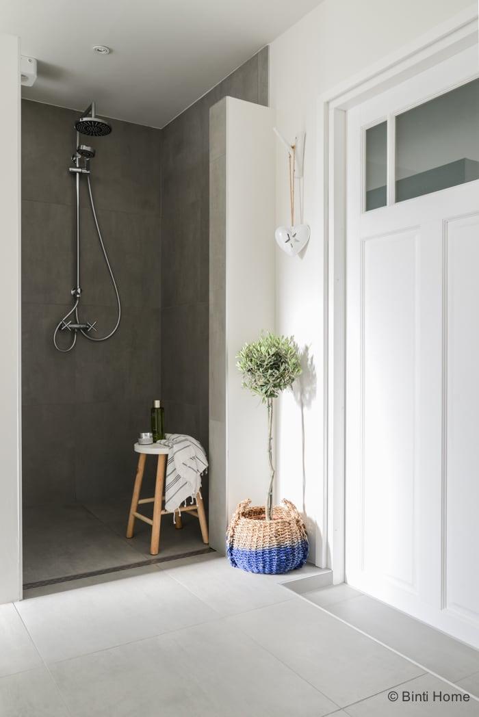 Interieurstyling en interieurfotografie badkamer douche inspiratie Stek Magazine ©Binti Home