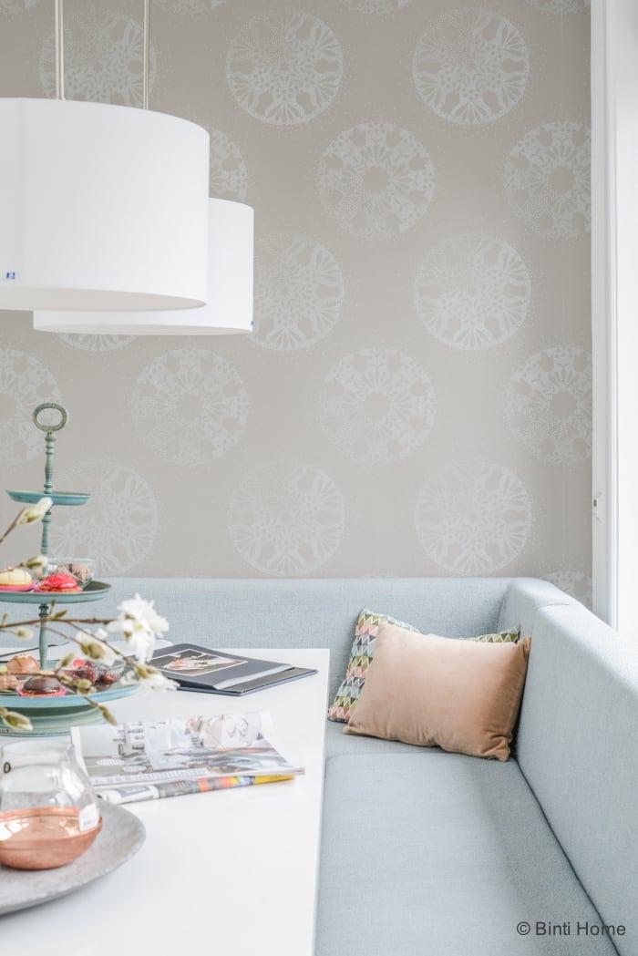 Interieurinspiratie eetbank lichtblauw stof eetkamer uitbouw pastelkleuren ©BintiHome 4