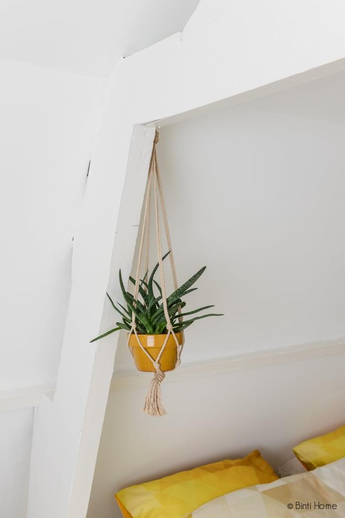 Slaapkamer styling plantenhanger ©BintiHome