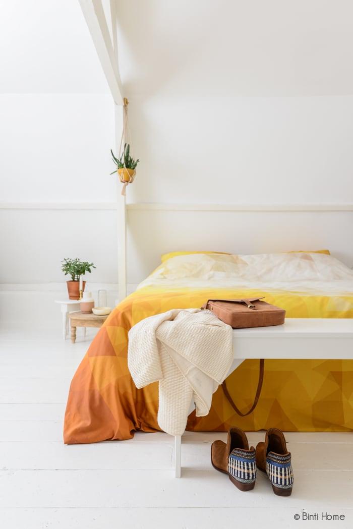 Slaapkamer restyling bankje witte vloer ©BintiHome