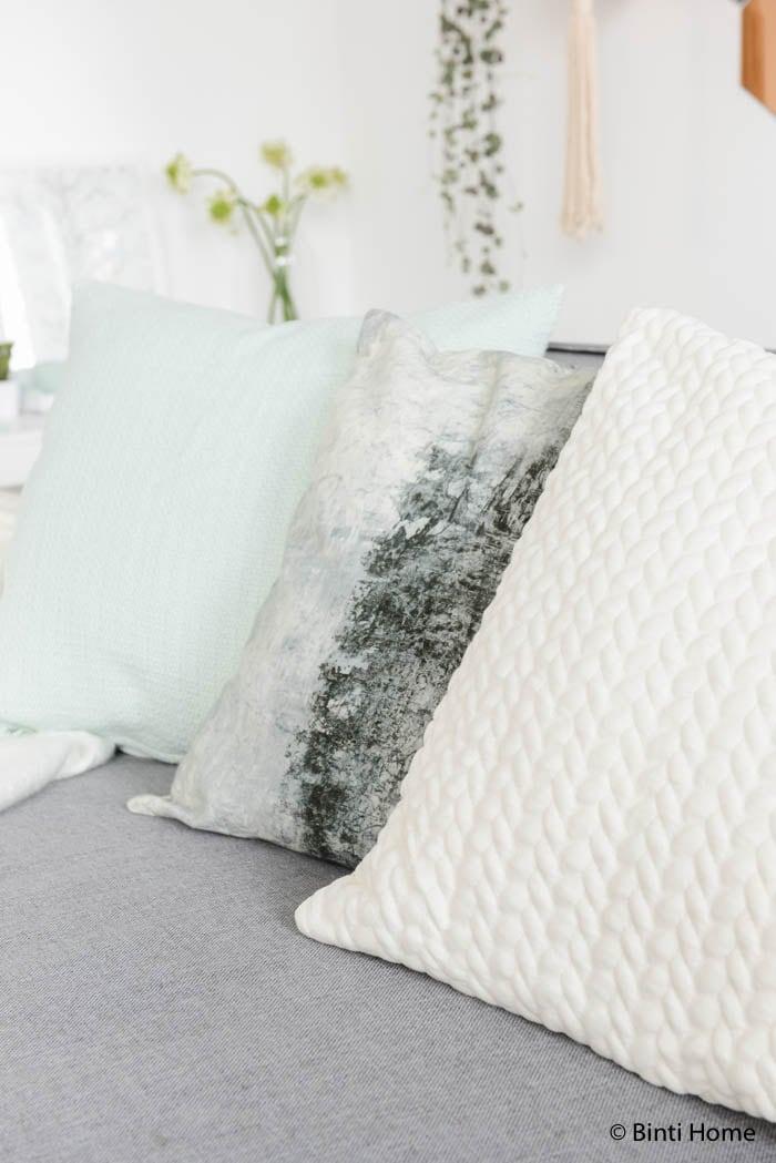 Hema woonkamerstyling in zachte kleuren kussens HEMA ©Binti Home Blog