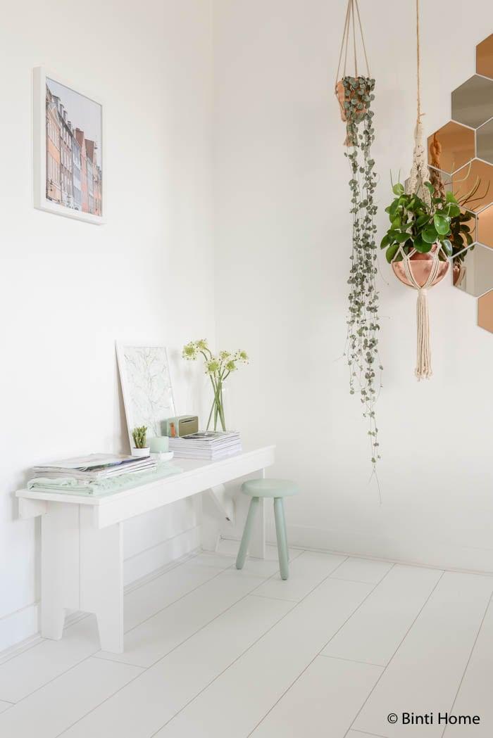 Hema woonkamerstyling in zachte kleuren tafeltje woood ©Binti Home Blog