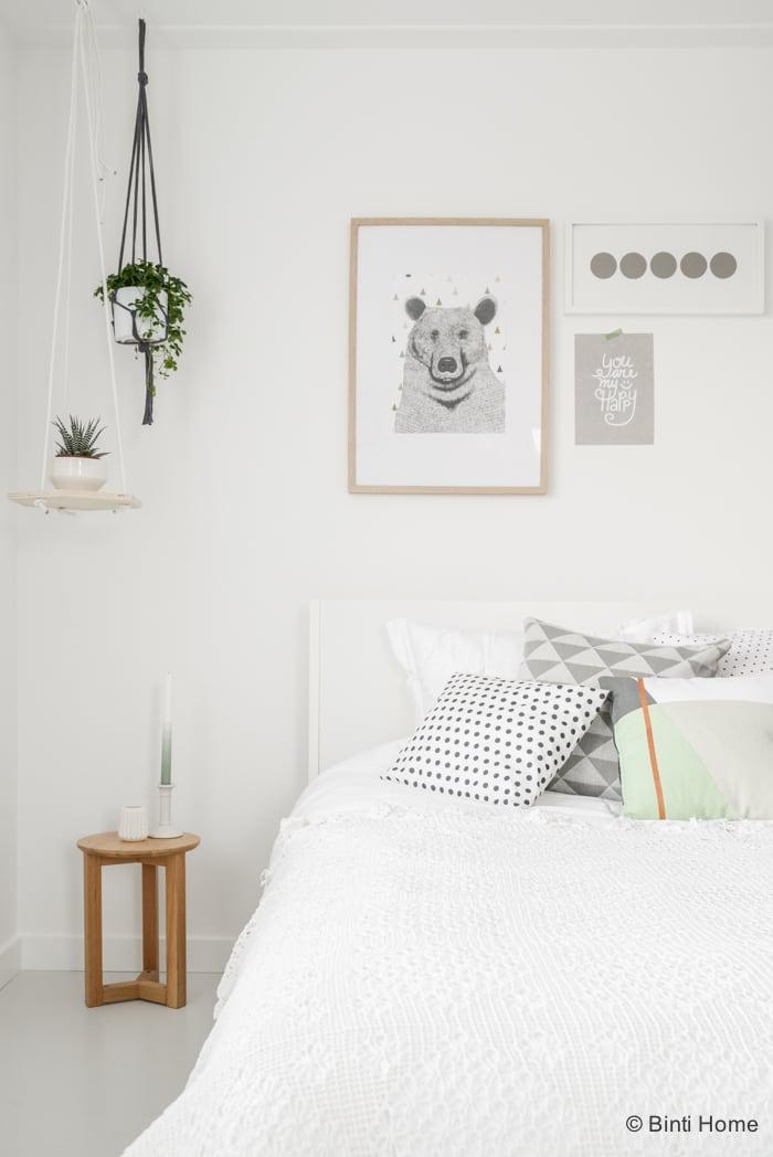 romantische slaapkamer styling met zachte kleuren