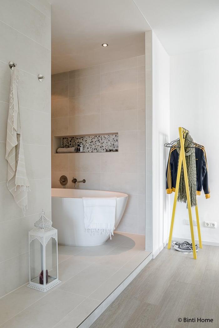 Moderne slaapkamer open badkamer ©BintiHome
