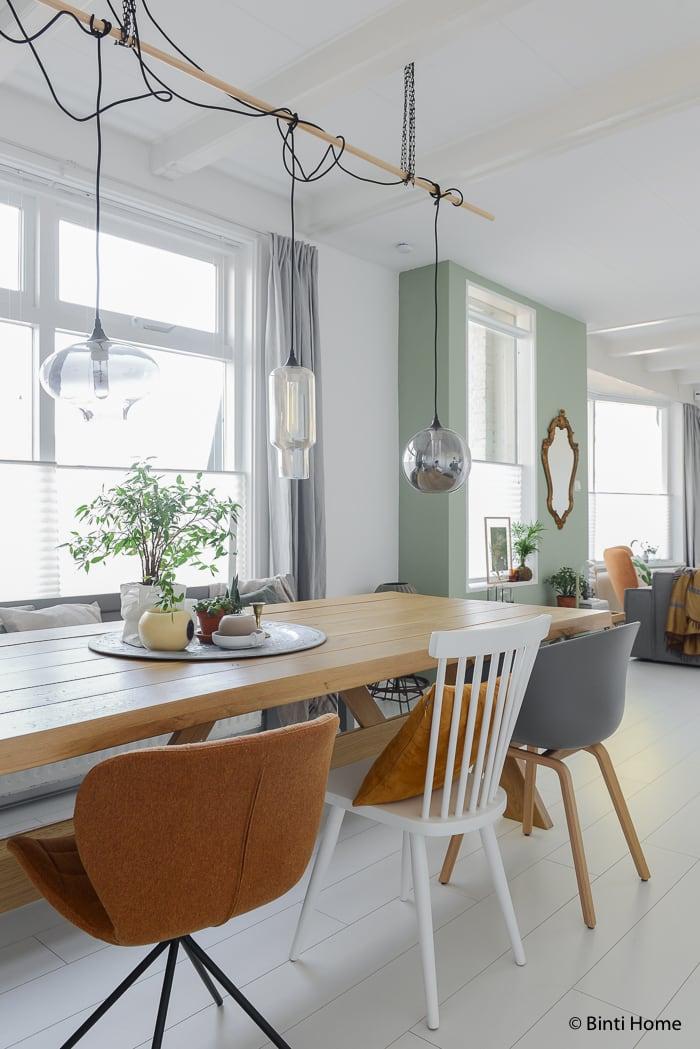 Groen styling in de woonkamer en eetkamer ©BintiHomestudio