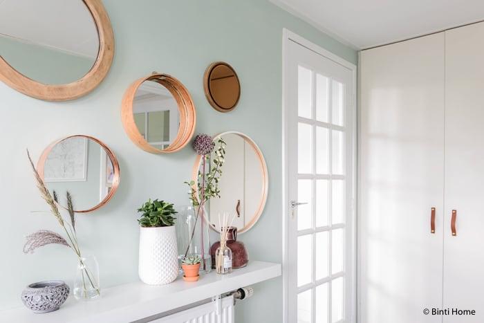 Ronde spiegels een mint groene wand en opbergtips in de hal binti