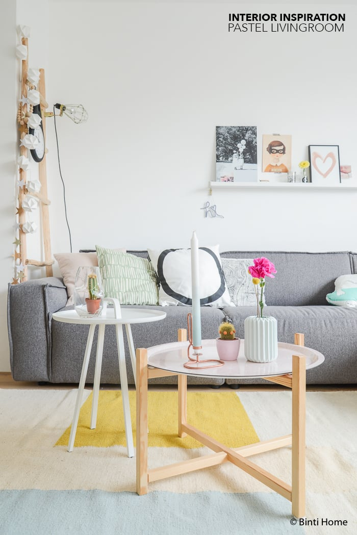 Een woonkamer met pastel kleuren en koper - Binti Home Blog