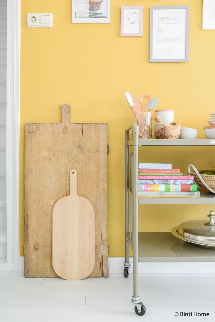 Stylingtip keuken receptenwand okergele muur ©BintiHome-18