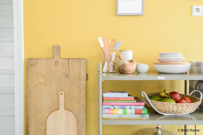Gele Keuken 9 : Stylingtip voor de keuken : een receptenwand op een okergele muur