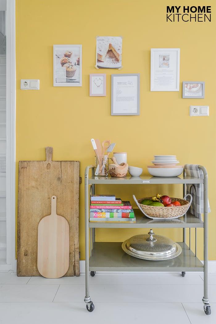 Stylingtip keuken receptenwand okergeel muur ©BintiHome