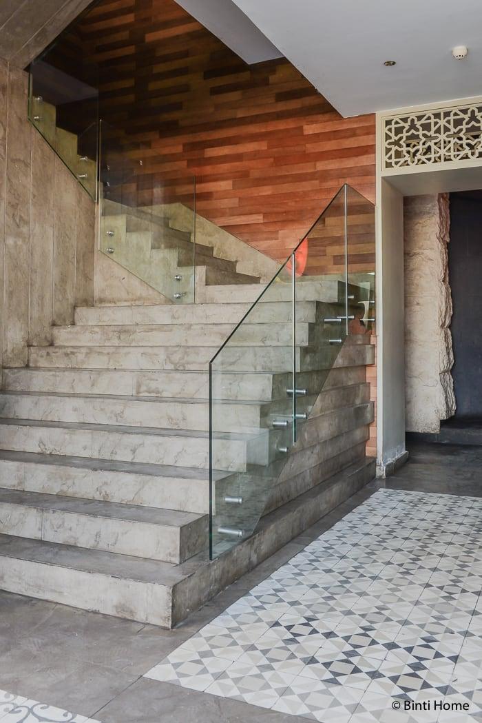 Concrete stairs in modern Arabic interior at Tamara Lebanese Bistro Cairo Festival City Mall Cairo Egypte ©BintiHome