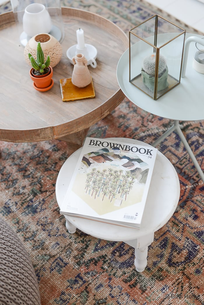 Stylingtips wooninspiratie met boeken tijdschriften in huis ©BintiHome