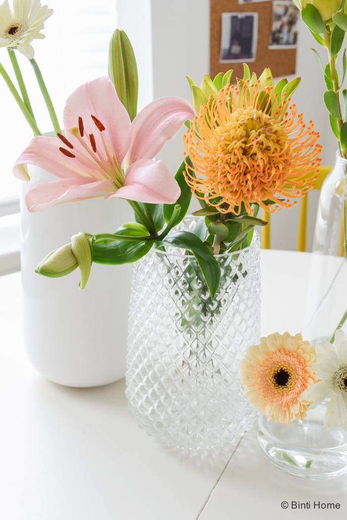 Kleurrijke tafelstyling met bloemen in mijn keuken for Vazen hema