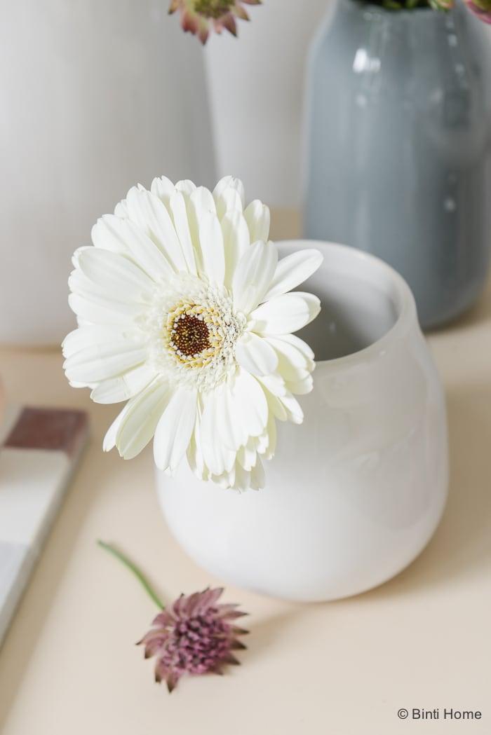 Styling met bloemen wit grijs aubergine ©BintiHome