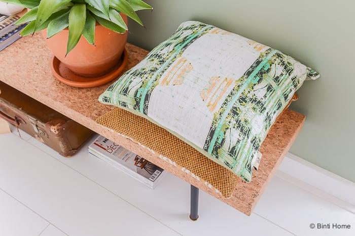Interieurinspiratie kussen styling in de woonkamer ©BintiHome-11