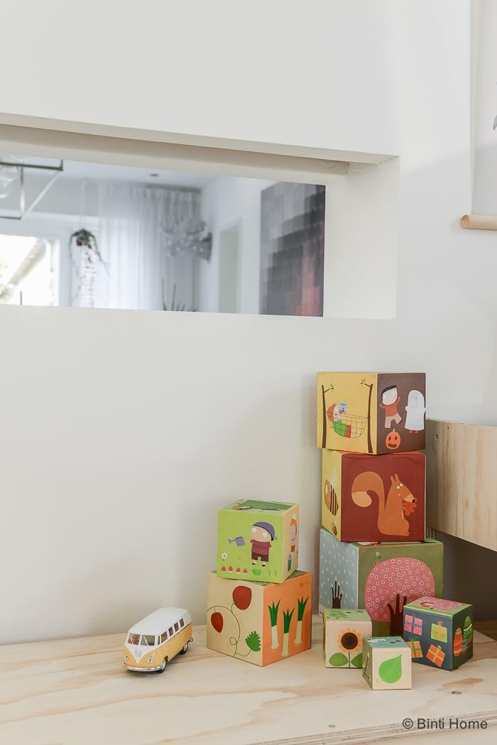 Kinderhoek inrichten kindermeubels op maat Fins vuren multiplex in de woonkamer door Dertigzes ©BintiHome