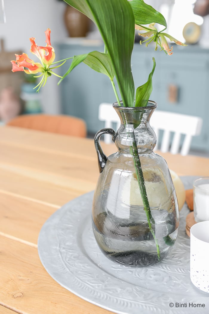 Mondgeblazen grijze vaas gerecycled glas eiken houten tafel interieur Ollavaas ©BintiHome