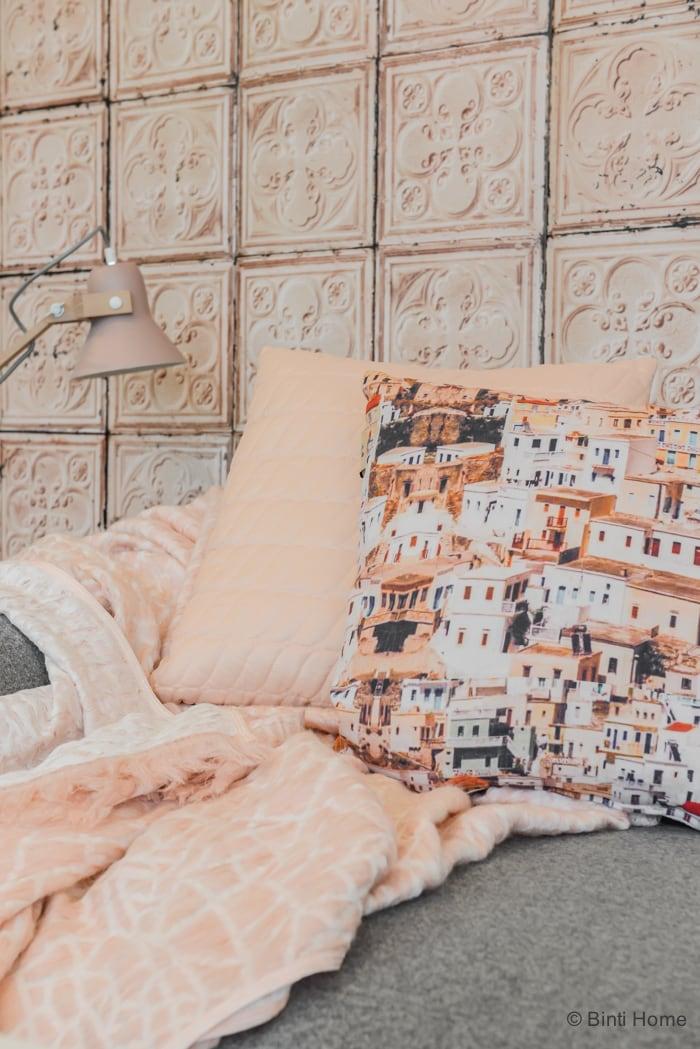 Woonkamer styling met zacht roze pastellen en een grijze bank Mykonos cushion ©BintiHome