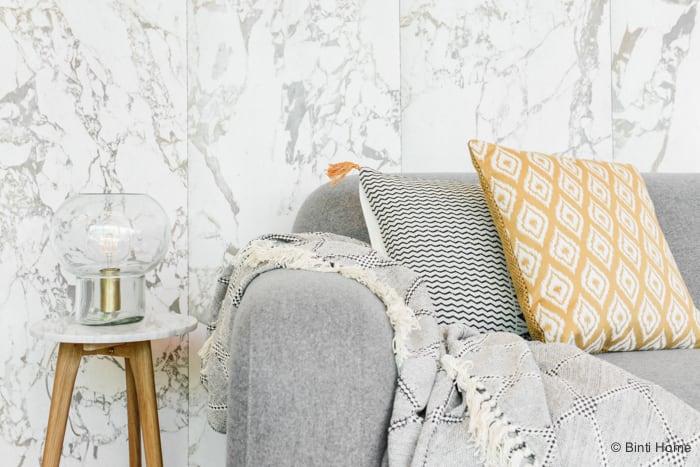 Okergeel accent in een Woonkamer met een grijze bank van Sofa Company Stek Magazine ©BintiHomeBlog