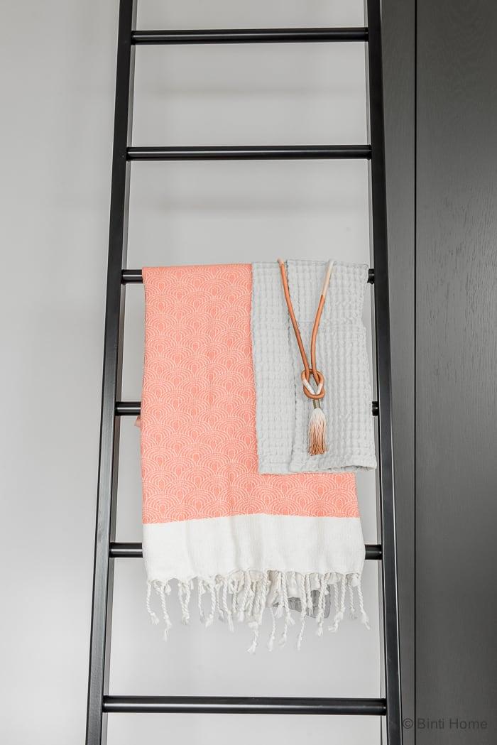 Badkamer stylen met een decoratieladder en hammamdoeken hammam34 ©BintiHome-5