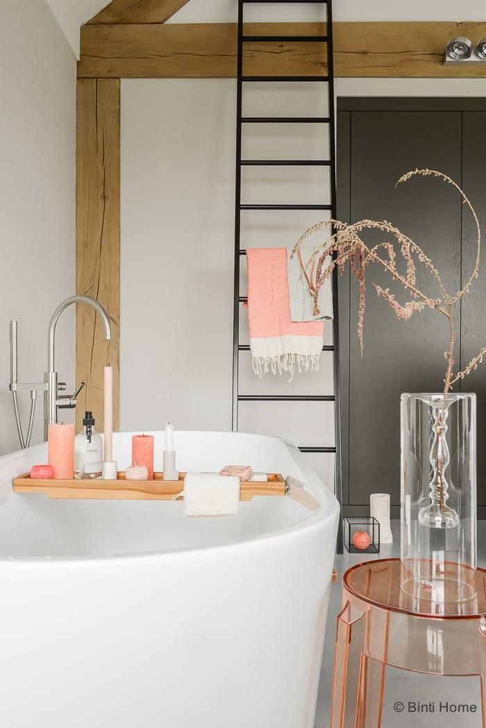 Interieurstyling badkamer inrichten tropisch betonlook badbrug hout fonq ©BintiHome