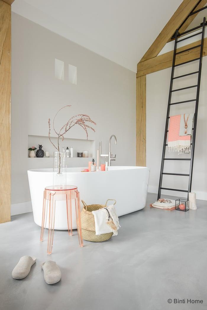 Hammam badkamer inspiratie met een losstaand bad - Binti Home Blog