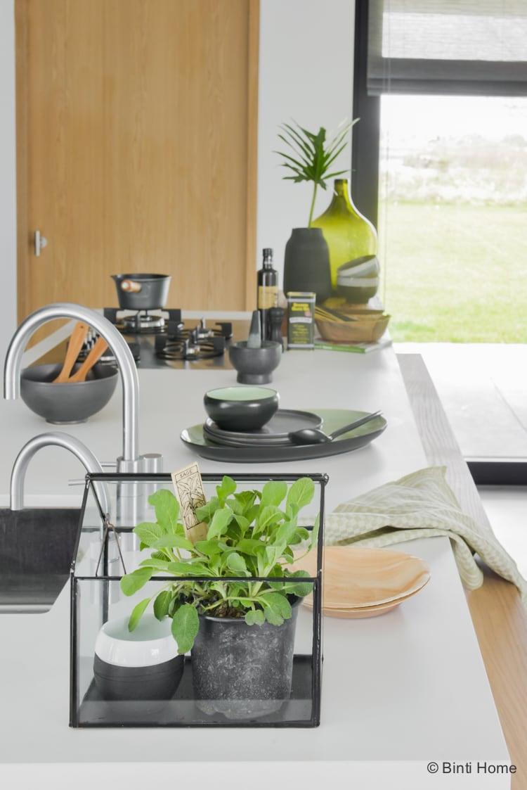 Keuken inrichten kasje met verse kruiden botanisch wonen keuken inrichting ©BintiHome