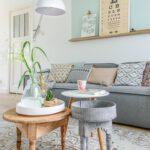 Grey sofa styling tips Woonkamer inrichten kleur vlak boven de wand jaren 30 woning Haarlem ©BintiHome