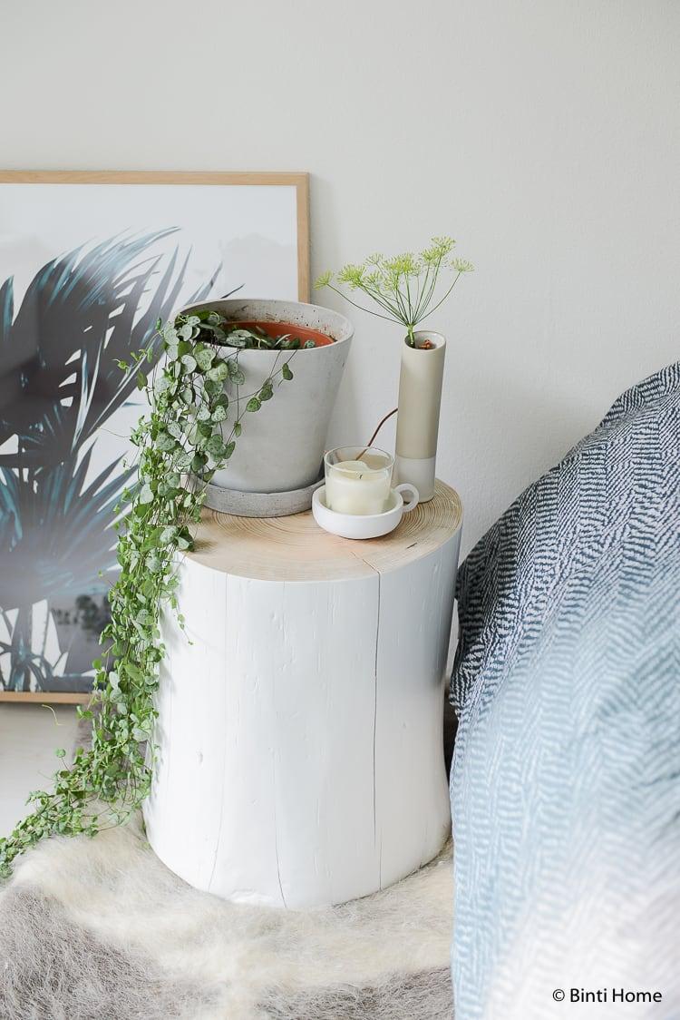 Slaapkamer styling tips alternatief nachtkastje boomstam tafel ©BintiHome