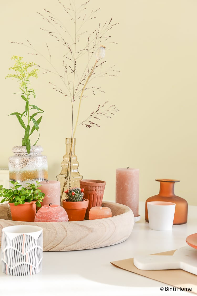 Ronde tafel met stoere oranje accenten ©BintiHome