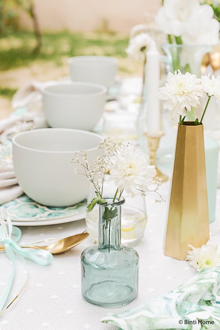 Tafeldekken voor een tuinfeest met wite bloemen Stekmagazine ©BintiHome