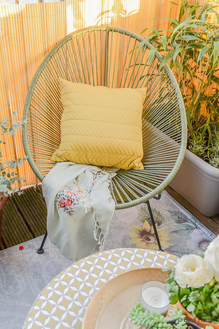 Balkon inspiratie klein balkon inrichten met veel planten draadstoel wehkamp ©BintiHome