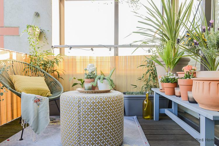 Balkon inspiratie klein balkon inrichten met veel planten Rondeju poef Fatboy Non flying carpet ©BintiHome