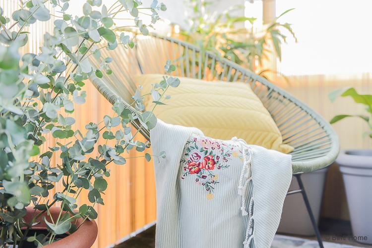 Balkon inspiratie klein balkon inrichten met veel planten Eucalyptus plant ©BintiHome