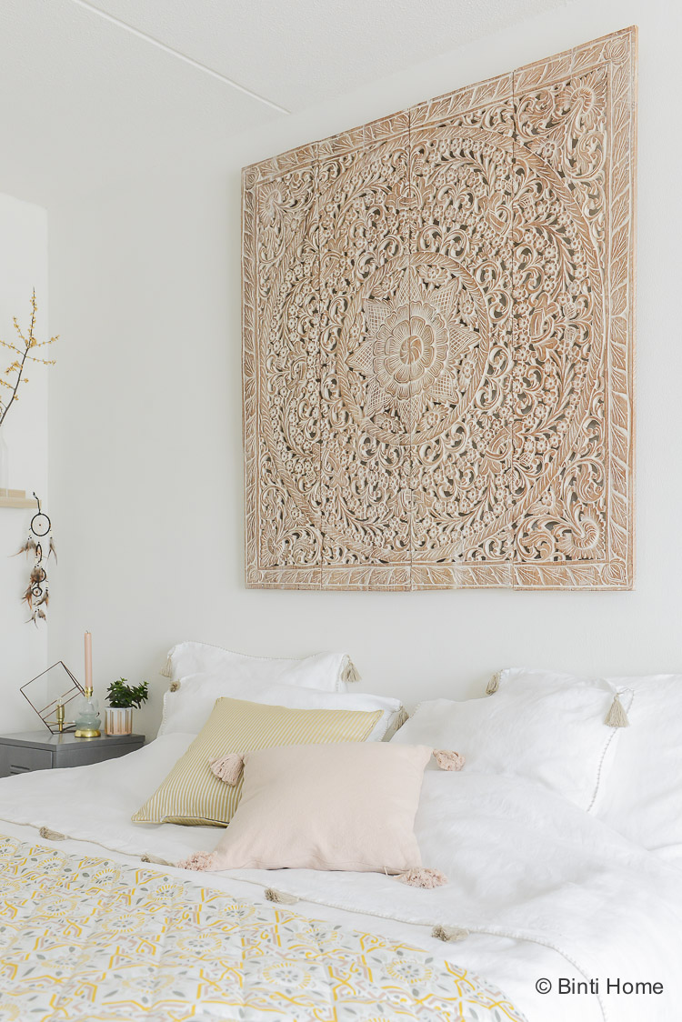 Oosterse slaapkamer styling tips wandpaneel teakhout thailand ©BintiHome