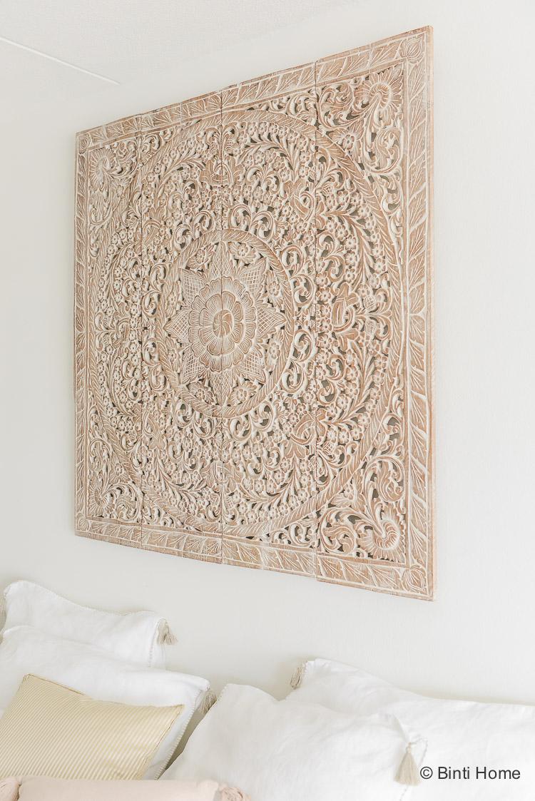 Wandpaneel Houtsnijwerk teakhout slaapkamer inspiratie Simply Pure ©BintiHome