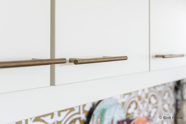 stijlvolle gouden grepen voor de keukenkastjes ©BintiHome
