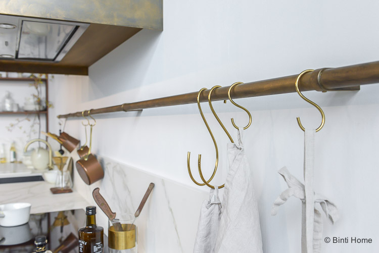 Vtwonen keuken Dark Oak 2018 donker eiken X Mandemakers Keukens ophangrails keukengerei brass goud ©BintiHome