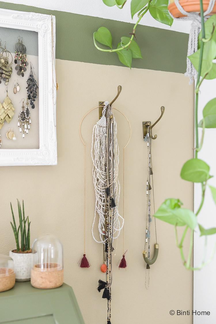Kettingen ophangen brass haken Opbergtips sieraden in mijn slaapkamer ©BintiHome-7