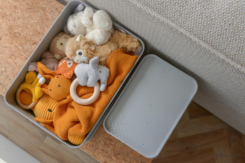 Speelgoed opruimen in de woonkamer met Curver opbergdozemn ©BintiHome